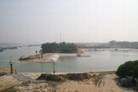 图为特呈岛出海捕鱼归来的渔民将渔船停靠在避风塘里.