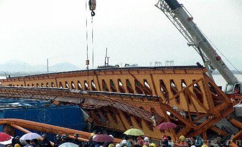 台州桥梁塔吊事故现场图
