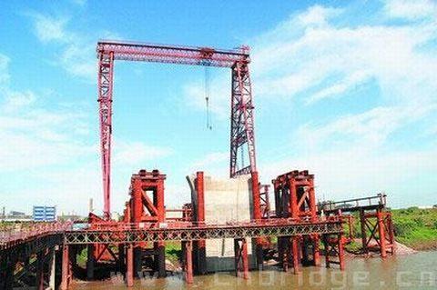 钢拱梁先按设计图纸在专业钢结构加工厂加工