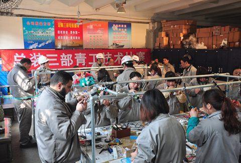 沪东中华举办女子船舶电工接线比赛