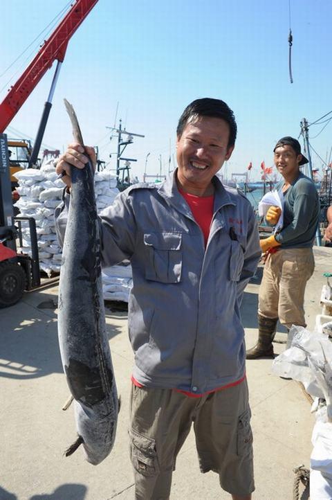 青岛开发区两艘大马力远洋捕捞渔船满载而归