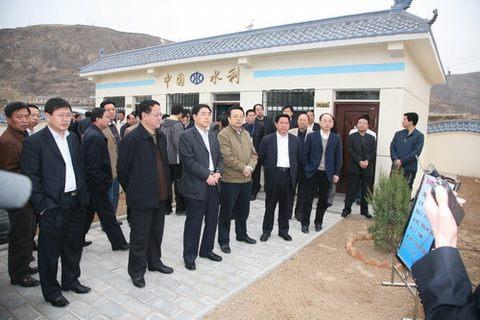 与会代表参观了延安市宝塔区河庄坪镇井家湾村供水站