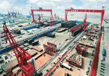 目前世界最大的三号船坞(右)和我国软土层地基最深的船坞鸟瞰周铭鲁摄影
