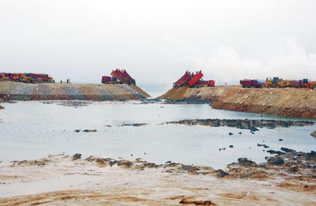 图片说明:围海大坝最后合龙壮观情景。