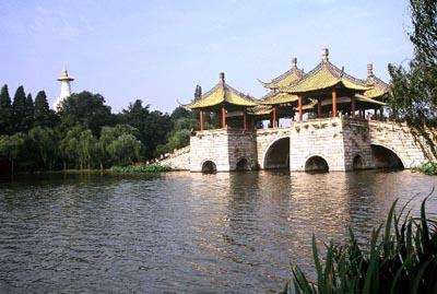 """扬州蜀冈古""""邗城""""下的瘦西湖是""""邗沟""""最早的开凿地。"""