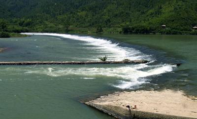 通济堰大坝拱形,长275米,宽25米,高2.5米,初为木条结构,南宋时改为石坝;大坝首创了拱坝形式,减少了水流对堰坝单位宽度的冲击力,从而使其具有较强的抗洪峰能力;拱坝还改变了水流方向,使溪水沿拱坝圆心方向泄流,并相互消长,减轻了对堰坝护坡、溪岸的破坏。
